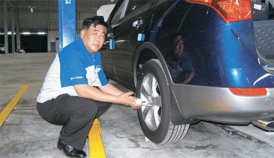 イ・ギョヒョンKHモータース代表がカンボジア・コッコンの自動車組み立て工場「カムコモーター」で完成車をチェックしている。