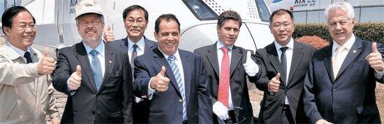 ブラジル与党・労働党所属のマルコ・マイア下院議長の一行が18日、慶尚南道昌原の現代ロテム工場を訪問した。現代ロテムが製造したKTXを背景に親指を立てている。左からイ・ミンホ現代ロテム社長,マイア議長、梁承錫(ヤン・スンソク)現代自動車社長、アウベルトレレイラ・ブラジル下院議員、ペヘイラ ・ブラジル労働党代表、鄭義宣現代自動車副会長、シナリア・ジュニア・ブラジル下院議員。