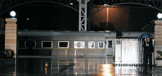 22日夜、北朝鮮の金正日(キム・ジョンイル)国防委員長一行を乗せて来た特別列車が中国の揚州駅に停車している。駅周辺には中国当局の厳重な警備が見られ、列車の横に黒のセダンやミニバスなど30-40台が待機した。