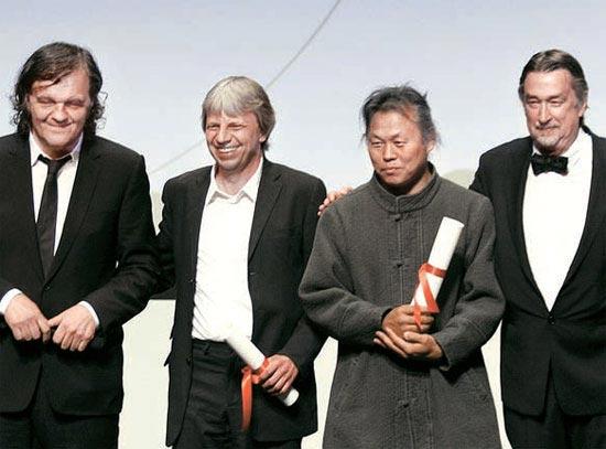 写真=自伝的ドキュメンタリー「アリラン」でカンヌ映画祭公式部門「ある視点」最高賞を受賞した金基徳監督(右から2人目)が21日、授賞式に出席した。金監督の左側は共同受賞者のドイツ人監督アンドレアス・ドレゼン氏(写真=カンヌ映画祭ホームページ)。