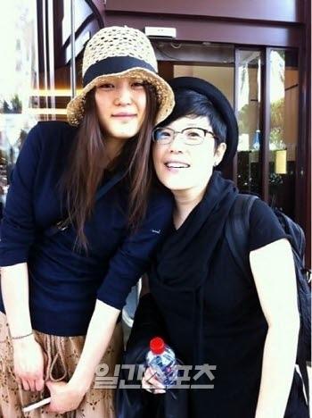 女優チョン・ジヒョン(左)とメーキャップアーティストのチョン・センムル。(写真=チョン・センムルのツイッター)