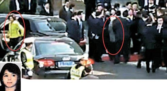 中国ネットユーザーが撮影した映像をキャプチャーしたこの写真の女性は、金委員長の喜び組出身で4人目の夫人である金玉(キム・オク)と推定されている(写真=映像キャプチャー)。小さい写真は北朝鮮画報集に掲載された1988年の金玉の姿(写真=中央フォト)。