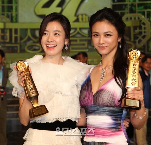 韓国女優ハン・ヒョジュ(左)と中国女優のタンウェイ(湯唯)が記念撮影をしている。