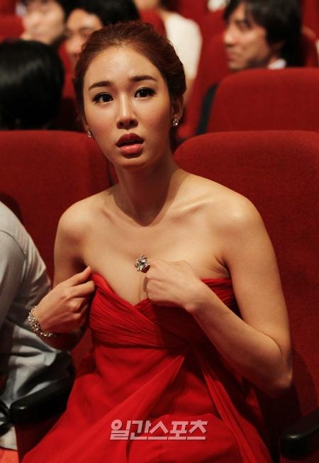 女優ユ・インナが第47回百想芸術大賞授賞式で身なりを直している。