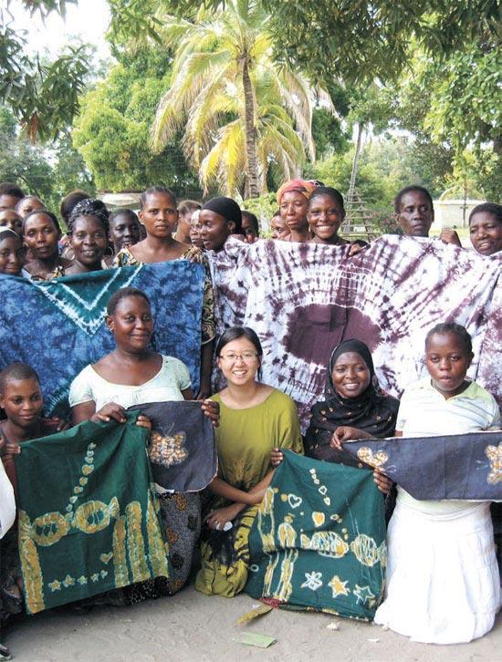チュ・ユンジョンさん(26、前列の真ん中)がタンザニアの「ボコ職業訓練センター」の職員および教育生と一緒に写真を撮影した。未婚母教育生は染色した布で服やかばんなどを作りながら生計を立てる。