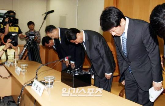 鄭夢奎(チョン・モンギュ)韓国プロサッカー連盟総裁が30日午後、ソウルのサッカー会館大会議室で、Kリーグ八百長波紋と関連して記者会見を開き、頭を下げて謝罪している。