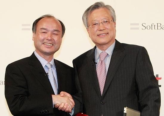 孫正義ソフトバンク会長と李錫采(イ・ソクチェ)KT会長が、合弁会社「KT・SBデータサービス」(仮称)設立の合意後、握手している。