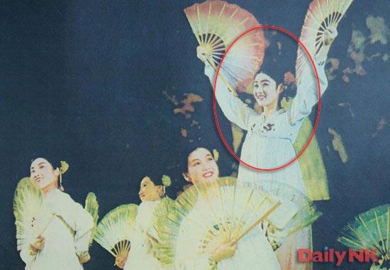 金正恩(キム・ジョンウン)の生母と知られる高英姫(コ・ヨンヒ、赤円の内部)が、1970年代に万寿台(マンスデ)芸術団の舞踊家として活動していた時の写真(写真=デイリーNK)。