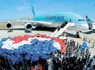仏ツールーズのエアバス本社で24日(現地時間)、大韓航空の広告に登場した歌謡「空近く」を英語の歌詞で歌う間、建物の外にA380機が登場している。