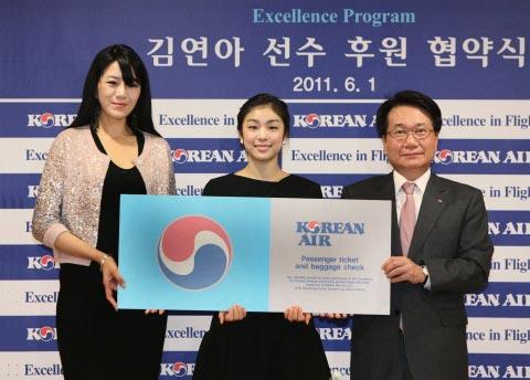 1日、ソウル空港洞(コンハンドン)大韓航空本社で開かれた「後援延長協約式」で、(左から)チョ・ヒョンミン統合コミュニケーション室常務、キム・ヨナ選手、智昌薫(チ・チャンフン)大韓航空総括社長。