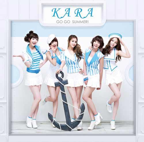 マリンルックファッションで日本で活動を再開するKARA(写真提供=DSPメディア)。