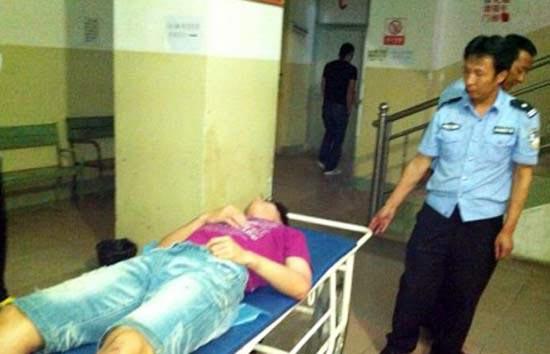 中国ショートトラック・スピードスケート代表チームが集団暴行事件に巻き込まれ、病院に運ばれている様子。