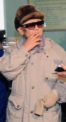 愛煙家として有名な北朝鮮の金正日(キム・ジョンイル)国防委員長。