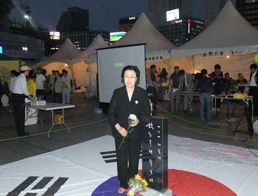 太極旗を踏んで'太極旗冒とく'論争に巻き込まれた韓明淑(ハン・ミョンスク)元国務総理。