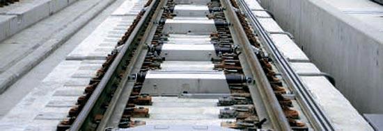 列車の軌道を変える線路分岐器が設置された様子。この設備が故障すると列車の脱線事故が起こりかねない。