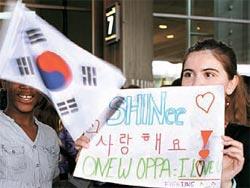 8日シャルル・ドゴール空港でSHINee、f(x)、東方神起(DBSK)を待つフランスファンたち。韓流ファンらしくハングルで「愛してます」と書いた紙を持っている。