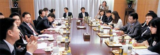 5月30日、北京の中国外務省庁舎を訪問したキム・ギヒョン書記官、イ・ウンオク書記官(テーブル右側から5人目、6人目)ら韓国の若手外交官が中国側の同年輩の外交官(テーブル左側)と韓半島情勢などについて討論している。天安艦事件以降の中国の北朝鮮庇護など敏感な問題をめぐり舌戦を繰り広げた(写真=外交部提供)。