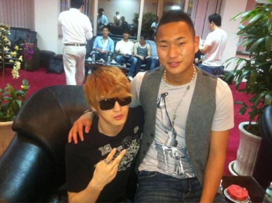 JYJのジェジュン(左)とサッカー選手の鄭大世(チョン・テセ、写真=ジェジュンのツイッター)。