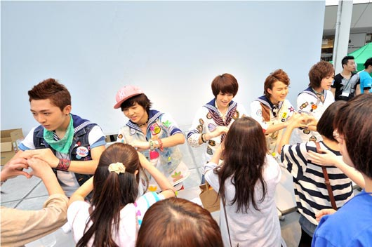 18日、日本神奈川県のラゾーナ川崎で、セカンドシングル「Love Bingo!」発売記念イベントを開催したアイドルグループの大国男児。