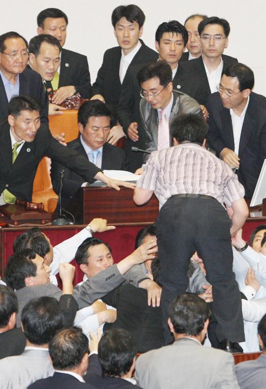 暴力国会、韓国から消えるか?