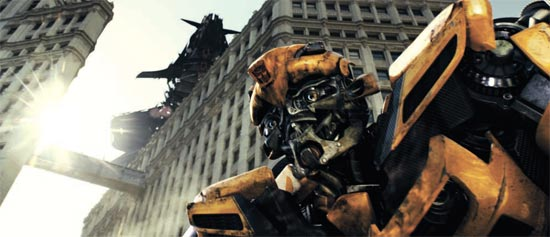 """「トランスフォーマー」第3弾は、3Dという""""先端武器""""を装着して、正義の戦士「オートボット」と悪の軍団「ディセプティコン」の激突を見せてくれる。第1弾は全世界で7億ドル、第2弾は8億3000万ドルという天文学的な興行収入を記録した。"""