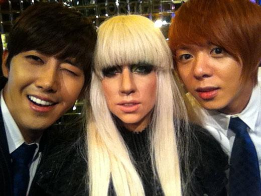韓国アイドルグループ「ZE:A」のグァンヒ(左)、ジュンヨン(右)、レディー・ガガ。