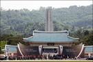6月6日は国民の祝日である顕忠日(ヒョンチュンイル)。国のために命を捧げた殉国兵士たちの護国精神と魂を追慕する日です。この顕忠日を3日後に控えた今日、ソウル顕忠院(ヒョンチュンウォン)に集まる面々がいました。