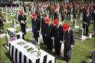 このグループでは顕忠日より2~3日先立ち、当日の人波を避けて行事を行うのが恒例だそう。朝鮮戦争やベトナム戦争、幾多の戦争で亡くなって行った戦友に、静かに祈りを捧げます。