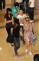16日、金浦(キンポ)空港から日本に向けて出国する少女時代のメンバー。