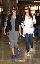 16日、金浦(キンポ)空港から日本に向けて出国する少女時代のスヨン(左)とソヒョン。