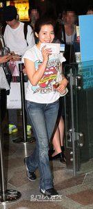 16日、金浦(キンポ)空港から日本に向けて出国する少女時代のサニー。