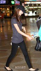 16日、金浦(キンポ)空港から日本に向けて出国する少女時代のユナ。