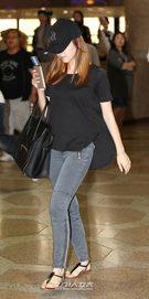 16日、金浦(キンポ)空港から日本に向けて出国する少女時代のジェシカ。