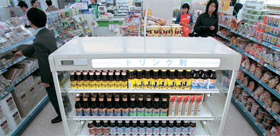 東京のコンビニでリポビタンDなどのドリンク剤、二日酔い薬などが販売されている。(写真提供=時事通信)