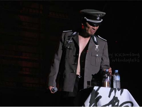 全国ツアーでナチス制服を着てステージに上がったイム・ジェボム。