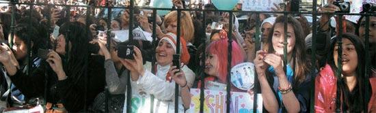 先月ロンドンのアビーロードスタジオ前でSHINeeの英国人ファンらが集まり歓呼の声を上げた。