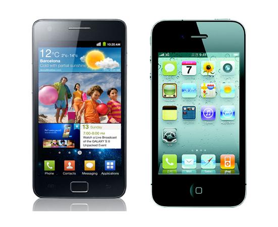三星電子スマートフォンの「ギャラクシーS2」(左)とアップルの「アイフォーン4」。