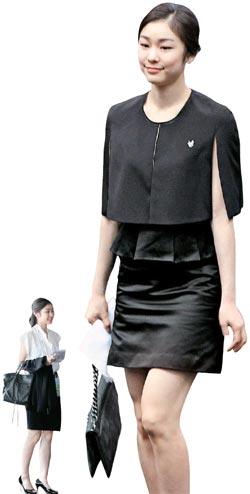 キム・ヨナがプレゼンテーション当時に着ていた黒のケープとワンピースは、第一毛織(ジェイルモジク)の婦人服「クホ(KUHO)」が特別に制作した。小さい写真は4日に着ていたタイム(TIME)のブラウスとスカート。