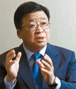 インタビューに答える権哲賢前駐日韓国大使。