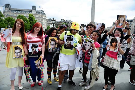 YGロンドン公演を求めトラファルガー広場に集まったファンたち。