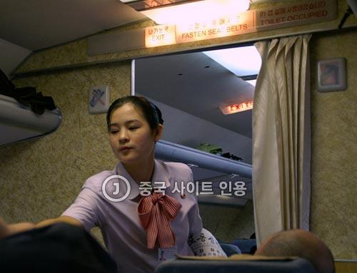 中国のサイトに掲載された、二重まぶた手術をしたと思われる北朝鮮の高麗航空の美人客室乗務員。