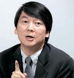 安哲秀ソウル大融合科学技術大学院長が6月27日、第1回中央ビジネスフォーラムで記者の質問に答えている。 安氏は「失敗を容認しない文化が足かせになっている」と話した。