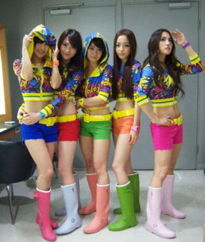ポーズをとるKARAのメンバー(写真=オンラインコミュニティー)。