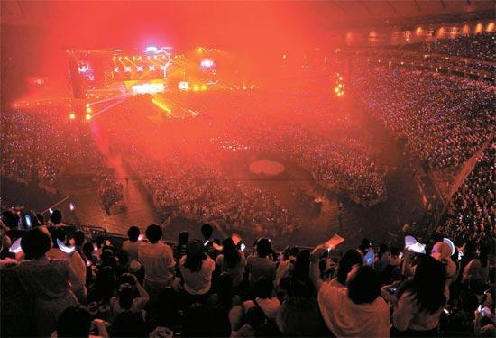 東京ドームを埋め尽くしたK-POPファンたち。韓国のアイドルスターが総出動した。日本各地から来た観客4万5000人がK-POPの熱気に身を委ねた。