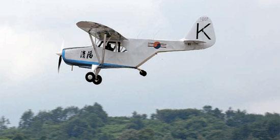 改良復元された初の国産飛行機「復活号」が14日、慶尚南道泗川市(キョンサンナムド・サチョンシ)空軍第3訓練飛行団で飛行している。(写真=空軍提供)