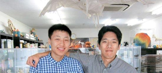日本・東京の折り紙文化院「おりがみはうす」で今月11日、神谷哲史さん(右)とイ・インソン君が会った。