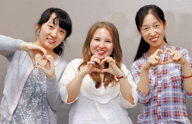 成均館大修士課程卒業予定のイリナ・シンさん、アイダロバ・アイゲルムさん、張娟美さん。韓国は彼女たちにとってもう一つの祖国だ。