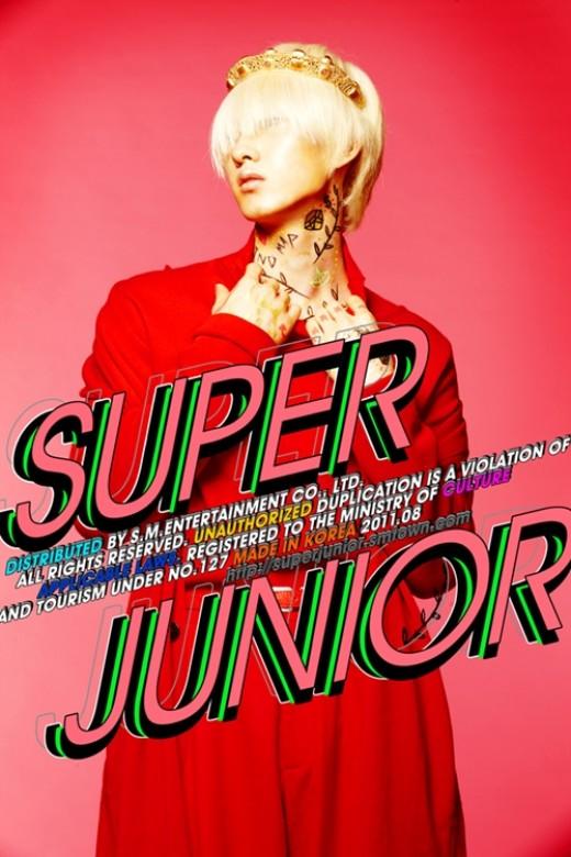 赤の衣装に金髪に染めた姿が目を引くSUPER JUNIORのウニョク(写真=SM)。