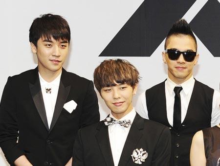 交通事故を起こしたメンバーD―LITEに対する気持ちを表したグループBIGBANGのG―DRAGON(中央)。