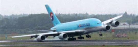 大韓航空A380が日本成田空港に着陸する際、強風でバランスを失い、滑走路に翼が接触した。[YTN画面キャプチャー]
